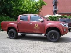 """D-MAX Premium in matt rot metallic foliert mit """"Black Rhin"""" Fahrwerk"""
